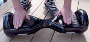 appoggiare i piedi sullo skateboard elettronico
